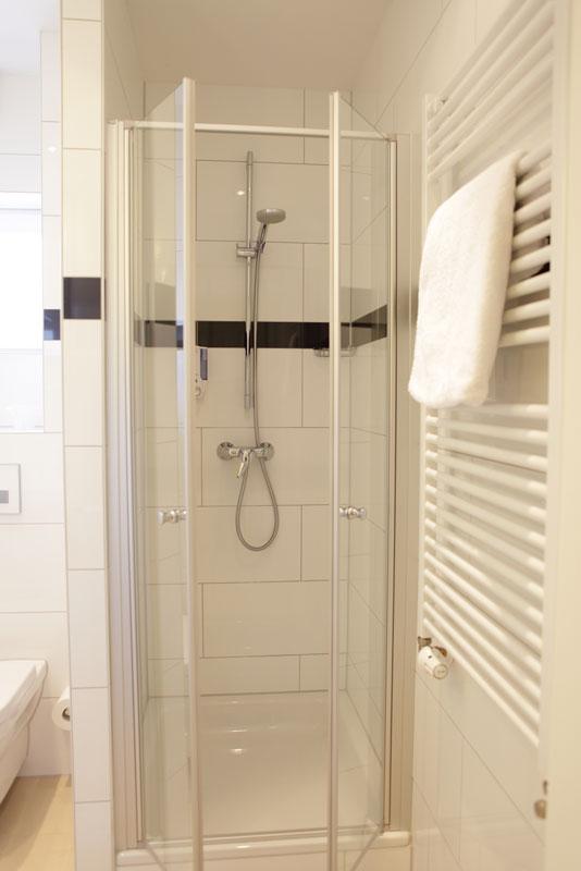 Duschkabine in einem der Zimmer